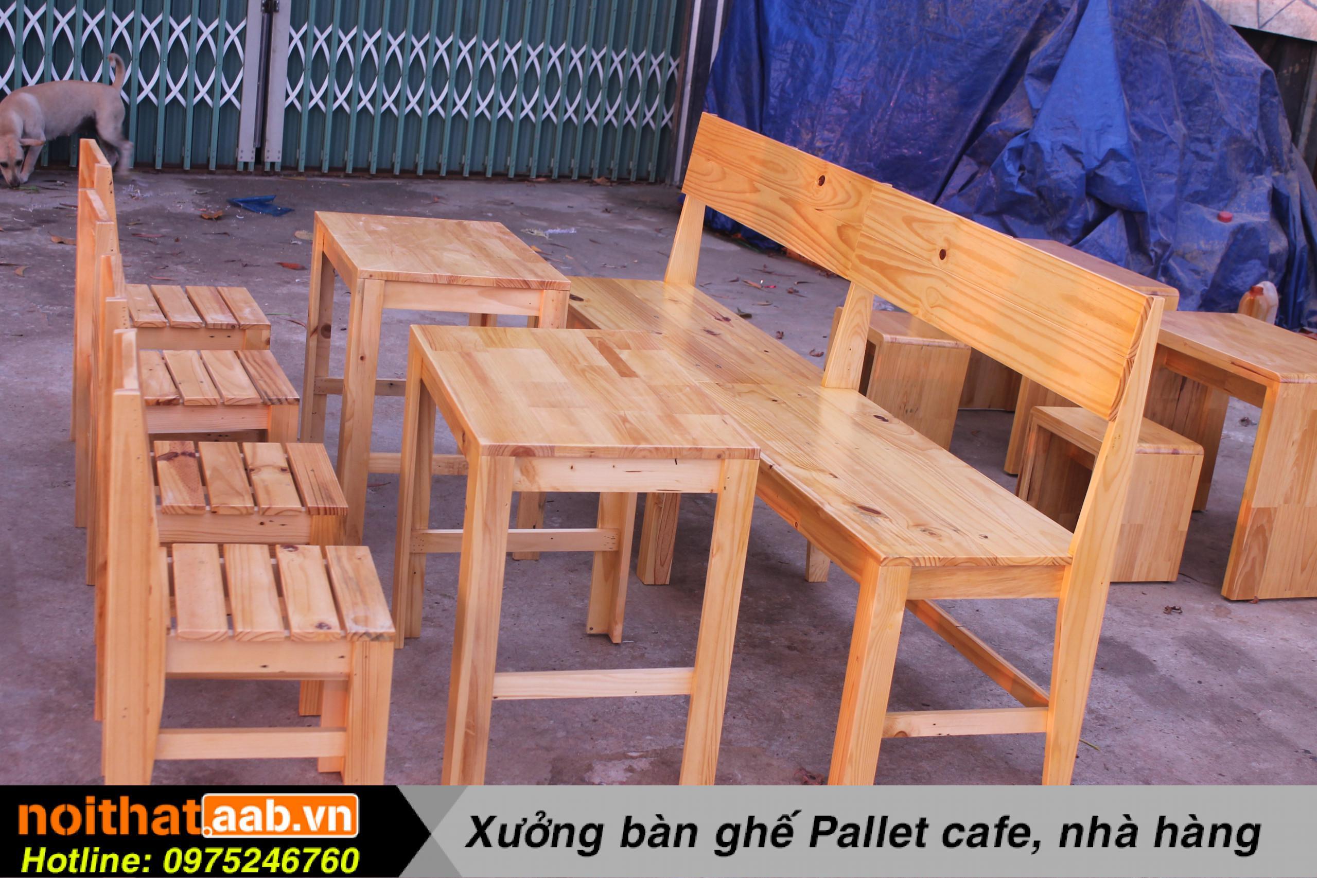 Bàn ghế gỗ thông đơn giản, mộc mạc